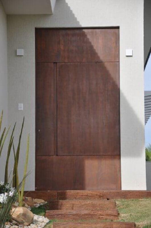 cada com porta de ferro para entrada Foto Univence Construtora