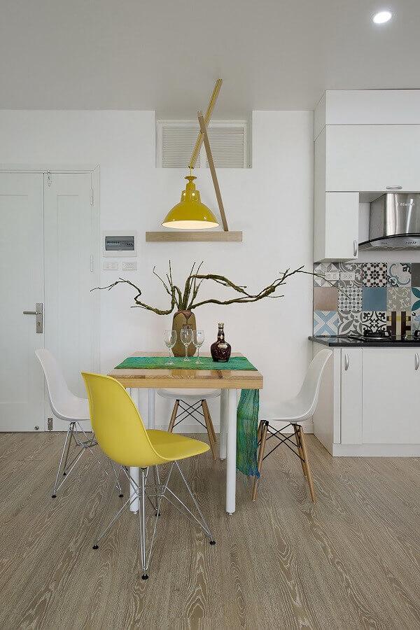 cadeira branca e amarela para sala de jantar simples e pequena Foto Planete-deco