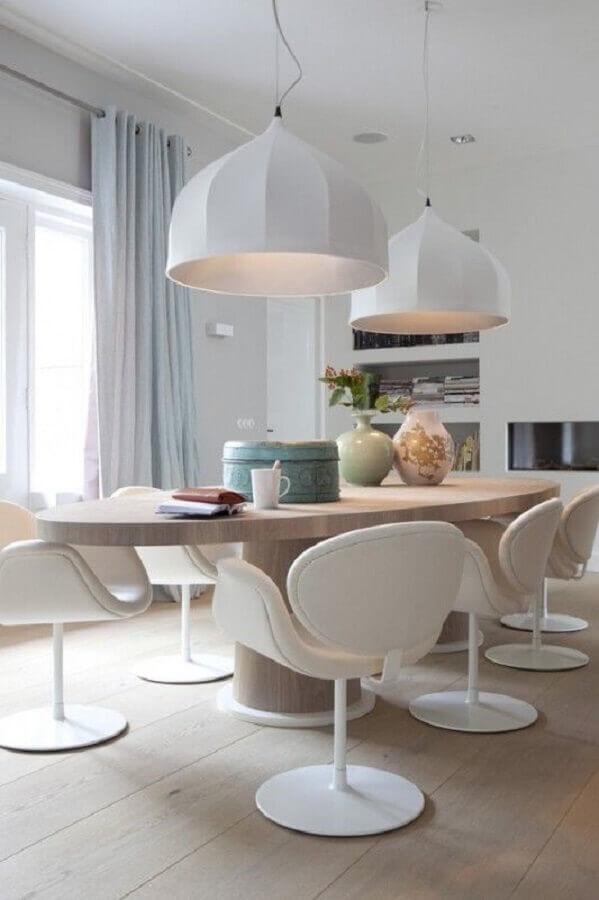 cadeira branca moderna para sala de jantar com pendente grande e mesa de madeira oval Foto Pinterest
