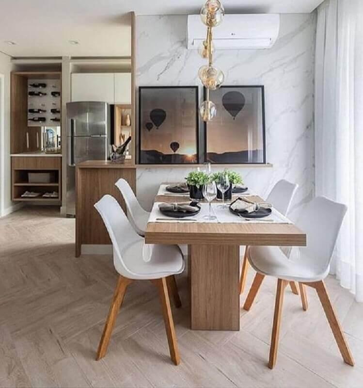 cadeira branca para mesa de madeira em sala de jantar com mármore na parede Foto Homedit