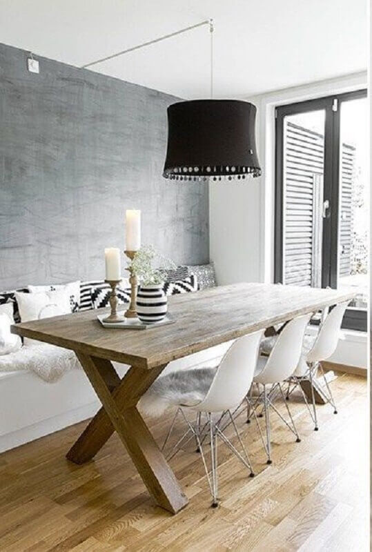 cadeira branca para sala de jantar com pendente preto e mesa de madeira rústica Foto Editions de l'Arkhan