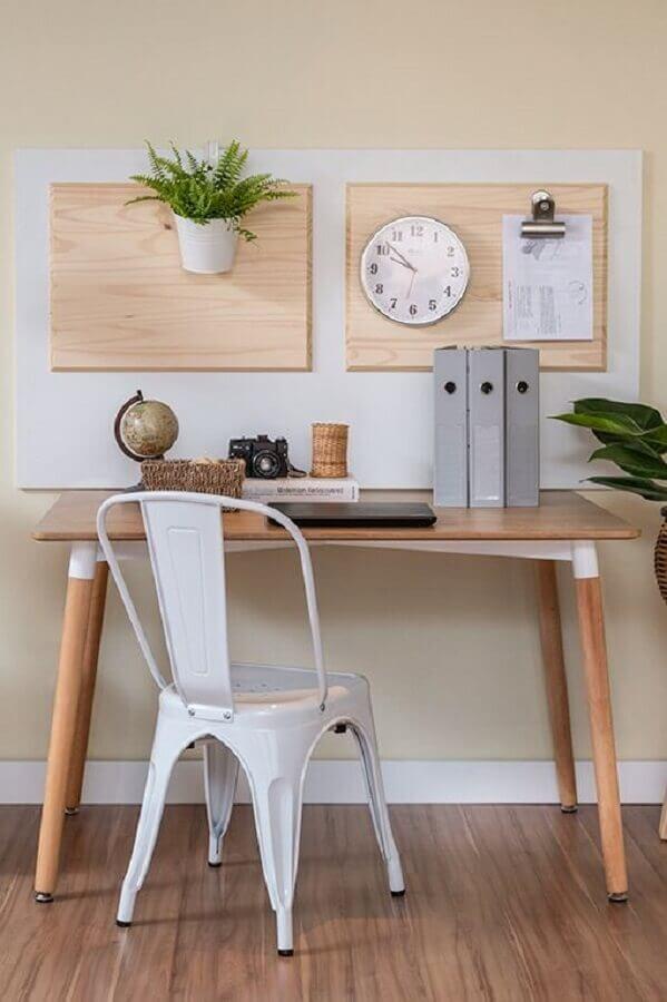 cadeira de ferro branca para home office pequeno e simples Foto Manual da Obra
