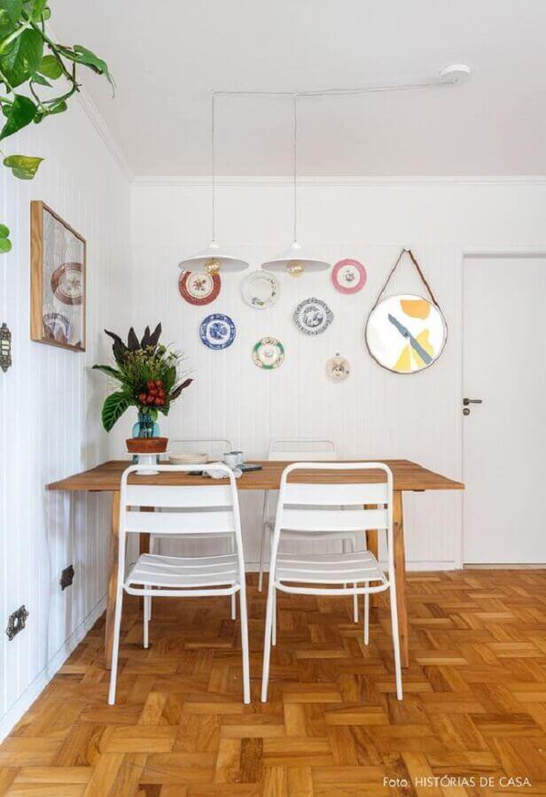 cadeira de ferro branca para sala de jantar simples com mesa de madeira Foto Histórias de Casa