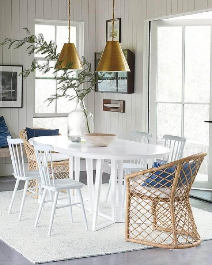 cadeira de madeira branca para sala de jantar com mesa oval e pendentes cobre Foto Serena & Lily