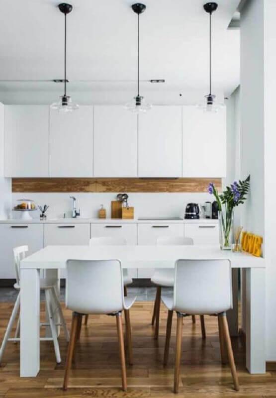 cadeira de plastico branca com pernas de madeira para cozinha Foto Apartment Therapy