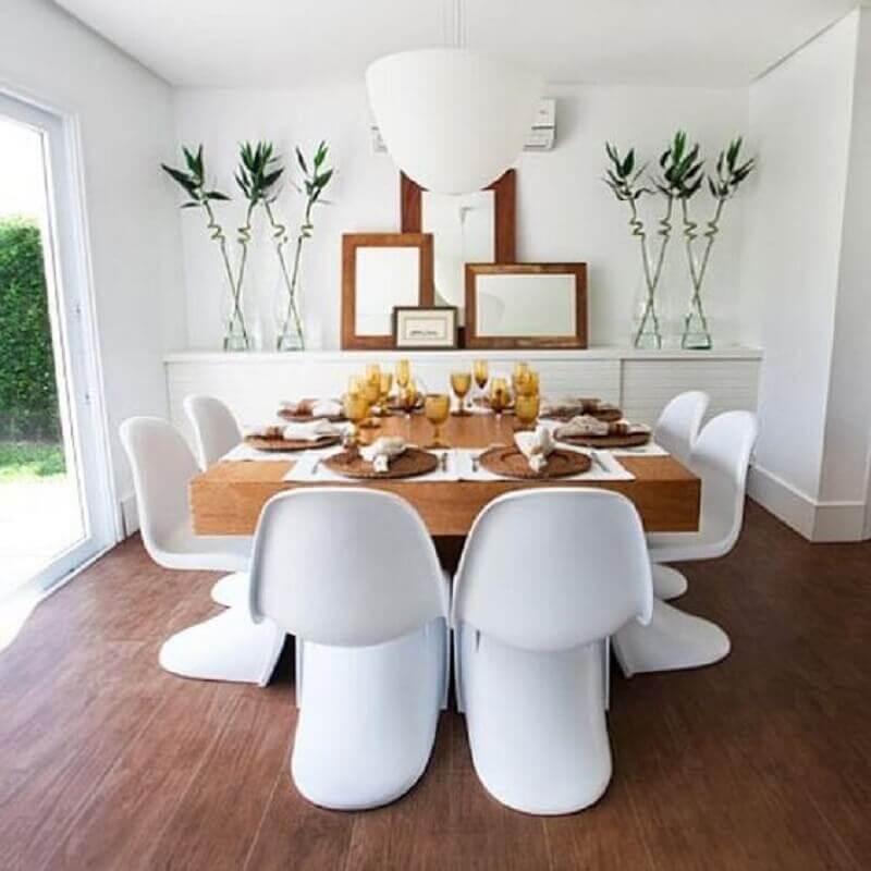cadeira de plastico branca para decoração moderna de sala de jantar com mesa quadrada de madeira Foto ArchDaily