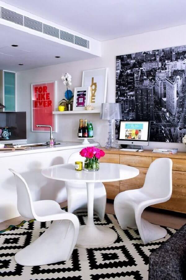 cadeira de plastico branca para sala de jantar pequena com mesa redonda e tapete preto e branco Foto Pinterest