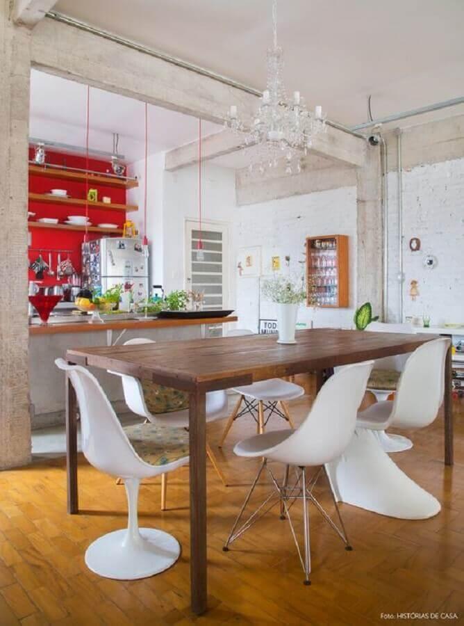 cadeira de plastico branca para sala de jantar simples com mesa de madeira Foto Histórias de Casa