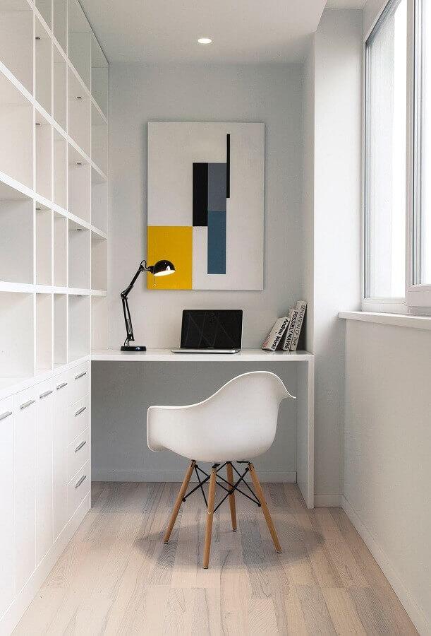 cadeira eames branca para home office pequeno planejado Foto Behance