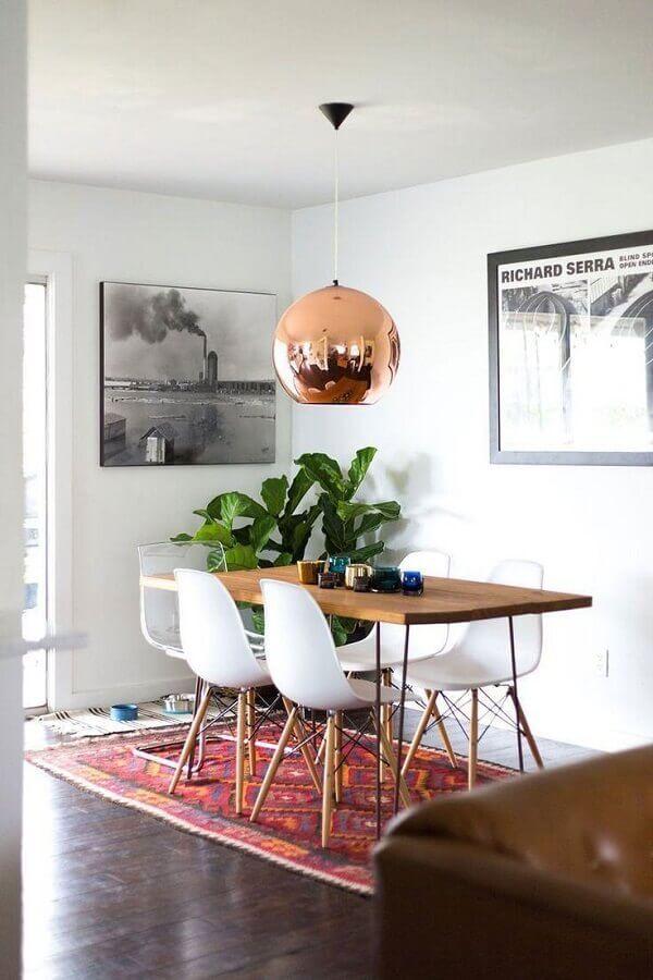 cadeira eames branca para sala de jantar com mesa de madeira e pendente rose gold Foto Apartment Therapy