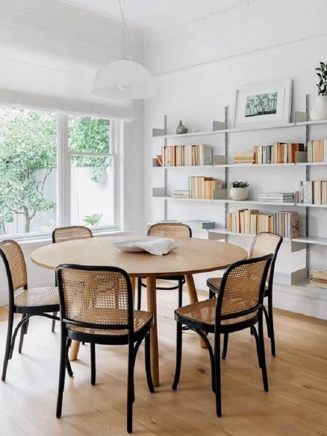 cadeira preta com treliça para sala de jantar com mesa de madeira redonda Foto Lulu & Georgia