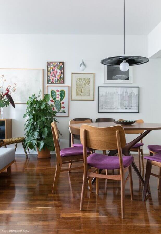 cadeiras de madeira com estofado roxo para decoração de sala de jantar Foto Histórias de Casa