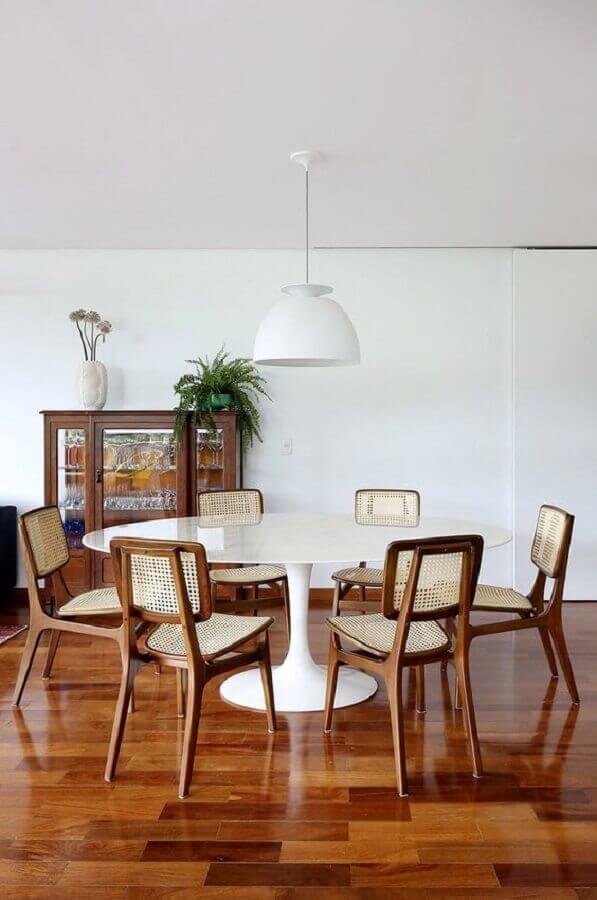 cadeiras de madeira com treliça para sala de jantar com mesa branca redonda Foto Casa de Valentina