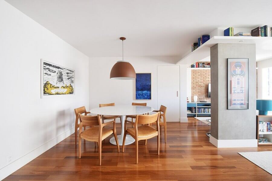 cadeiras de madeira para sala de jantar clean com mesa redonda branca Foto A.M Studio Arquitetura