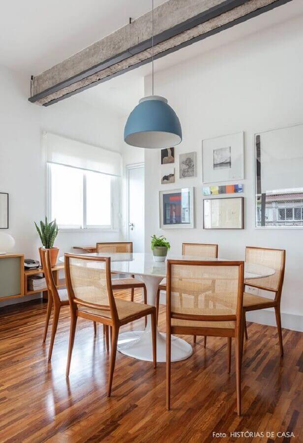 cadeiras de madeira para sala de jantar clean decorada com pendente azul e mesa branca Foto Histórias de Casa