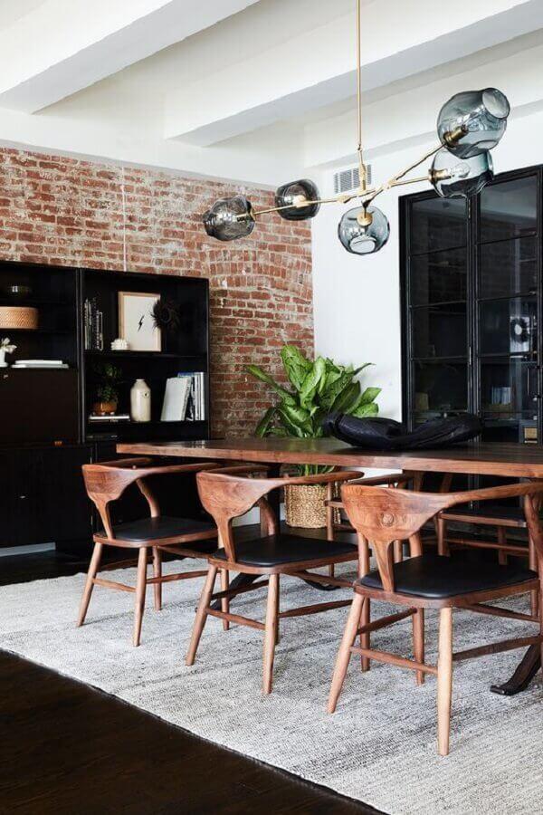 cadeiras de madeira para sala de jantar decorada com parede de tijolinho à vista Foto No Decora