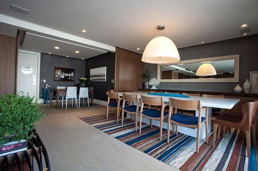 cadeiras de madeira para sala de jantar moderna decorada com tapete listrado Foto In House
