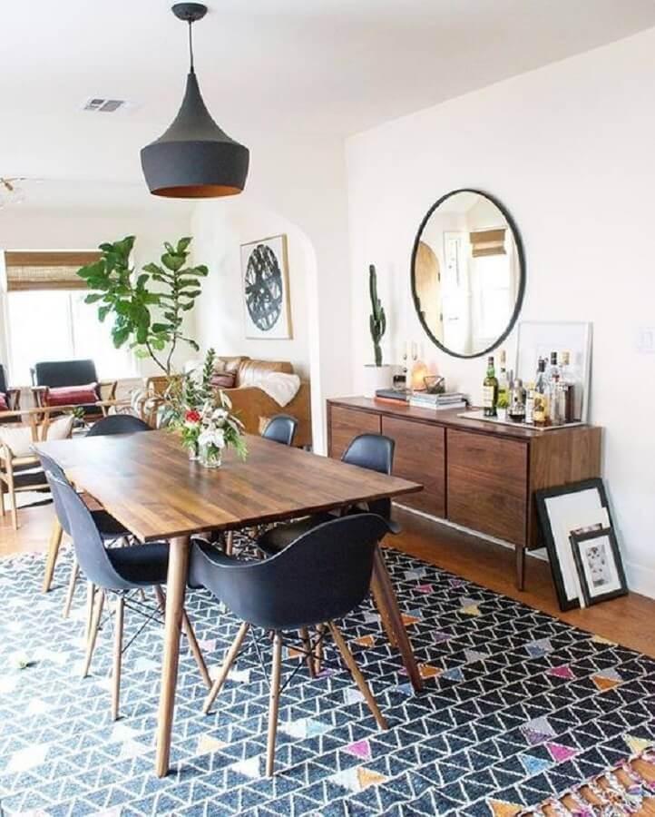 cadeiras eames pretas para decoração de sala de jantar com mesa de madeira Foto Article