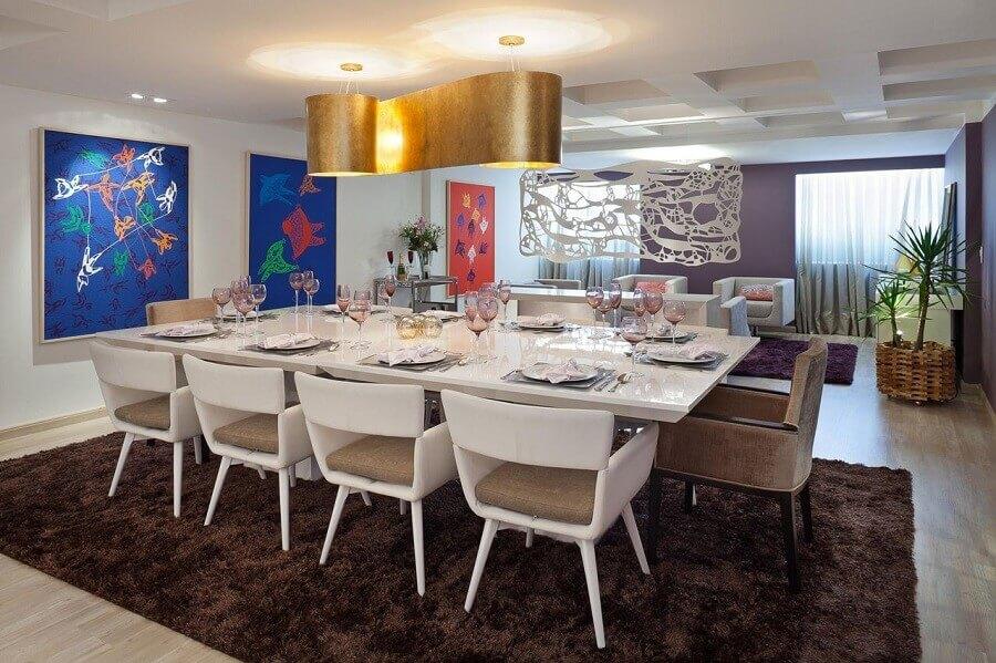 cadeiras estofadas para sala de jantar moderna decorada com pendente arrojado e tapete marrom Foto Voga Assessoria e Mídias Sociais