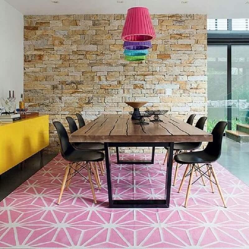 cadeiras para sala de jantar decorada com mesa de madeira e parede de pedra Foto Pinterest