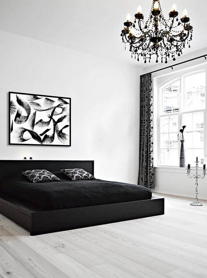 cama japonesa e lustre de cristal para decoração de quarto branco e preto Foto DegreeArt