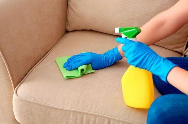 Aprenda como fazer a limpeza de sofá em casa