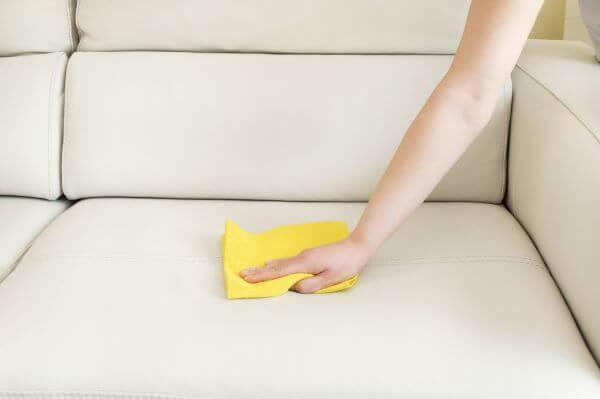 Como tirar mancha de caneta do sofá de couro