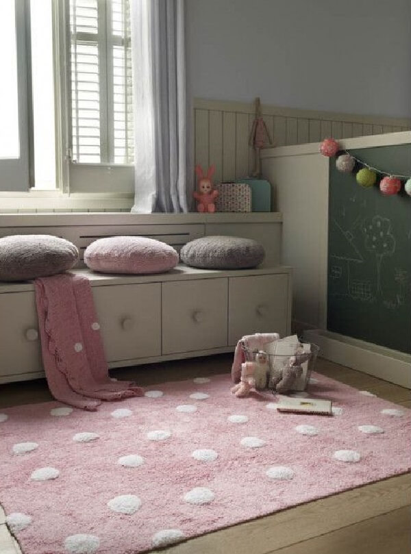 Quarto infantil com tapete rosa e branco