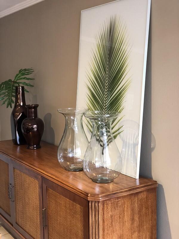 Decore o buffet da sala de jantar com recipientes de vidro