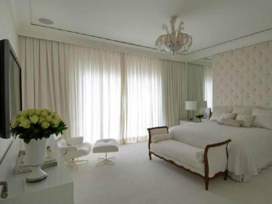 decoração clássica para quarto branco com cabeceira capitonê Foto Roberto Migotto