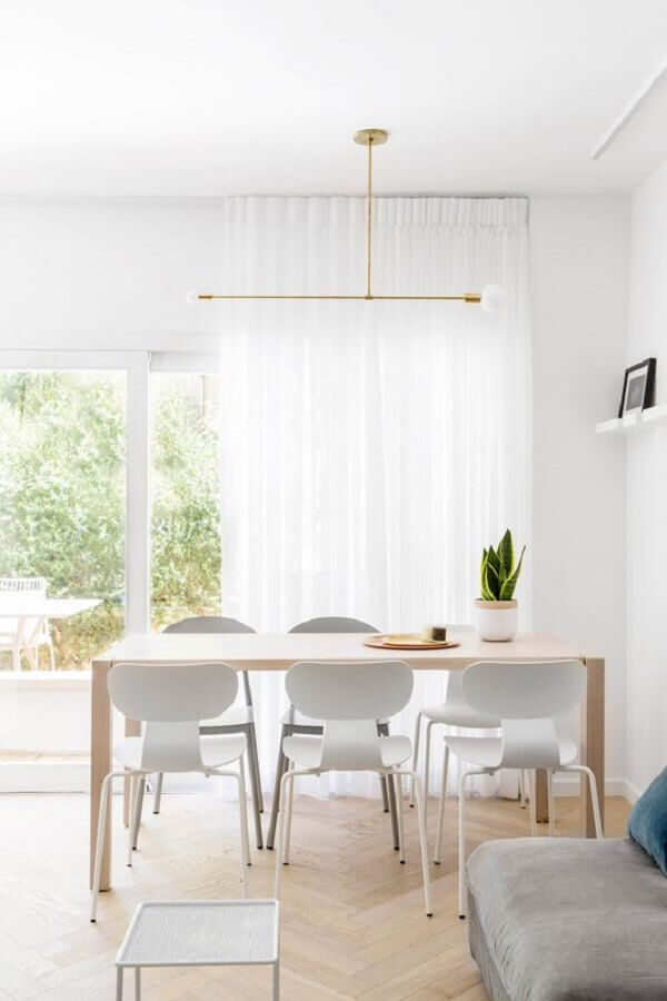 decoração clean com cadeira branca para sala de jantar com mesa de madeira Foto Decostore