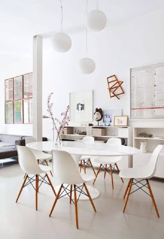 decoração clean com cadeira eames branca para sala de jantar com mesa oval Foto ArchDaily