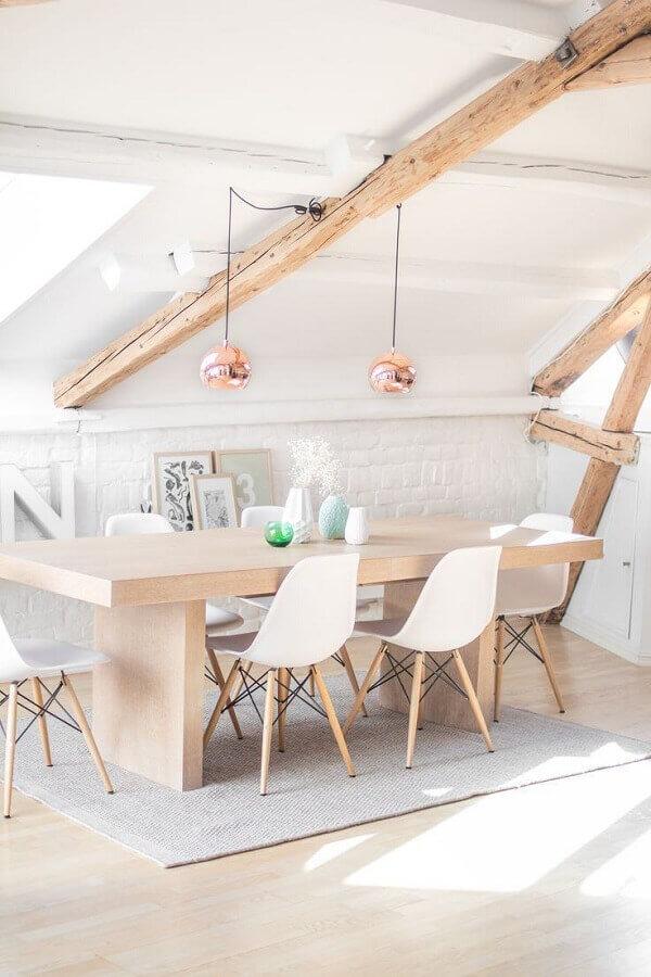 decoração clean com cadeira eames branca para sala de jantar com pendente rose gold Foto Apartment Therapy