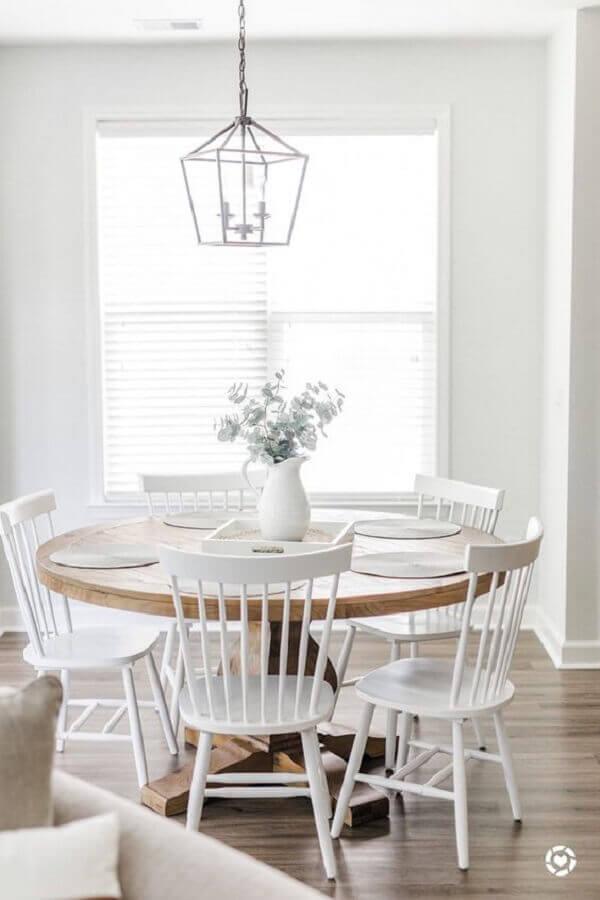 decoração clean com cadeiras de madeira para sala de jantar pintadas de branca Foto Pinterest