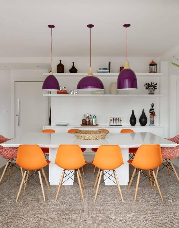 decoração clean com cadeiras para sala de jantar com pendentes roxos Foto Homify