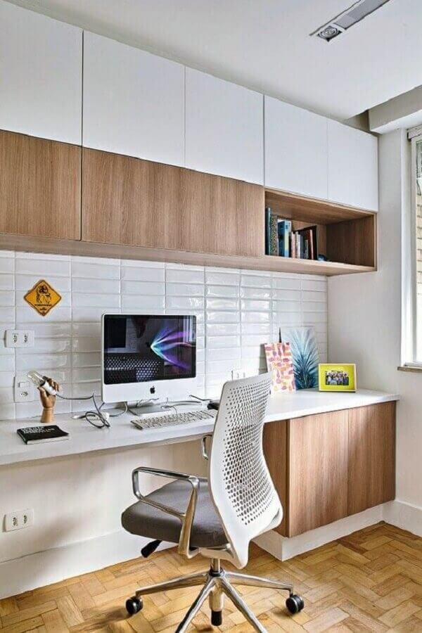 Decoração clean com armário de madeira para escritório