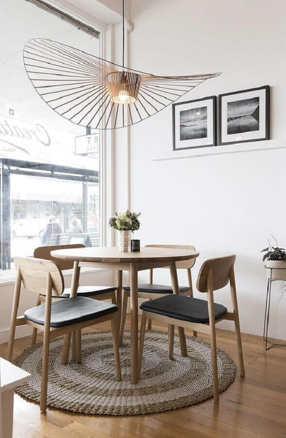 decoração com cadeiras de madeira para sala de jantar com mesa redonda Foto The Design Chaser