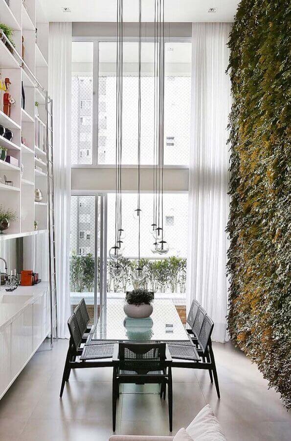 decoração com cadeiras para sala de jantar e jardim vertical Foto Behance