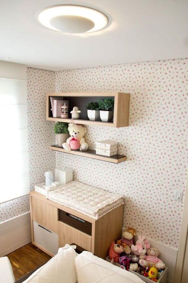 Quarto de bebê com nicho de madeira