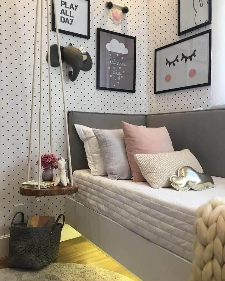 decoração de quarto de moça jovem com papel de parede de bolinhas e vários quadros Foto Pinterest