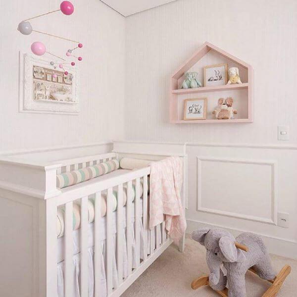 Decoração de quarto de bebê com nichos cor de rosa