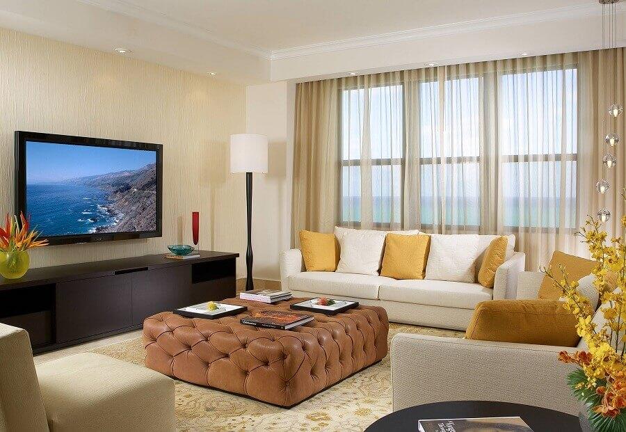 decoração em tons neutros com mesa de centro puff capitonê para sala de estar Foto Aser Decor