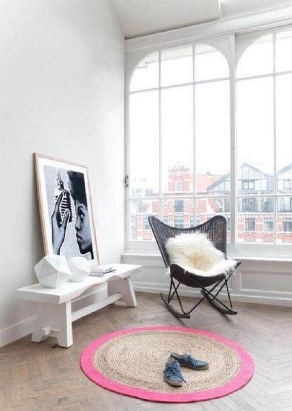 Decoração minimalista com tapete redondo