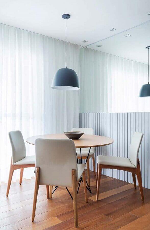 decoração neutra com cadeiras de madeira estofadas para sala de jantar Foto Assetproject