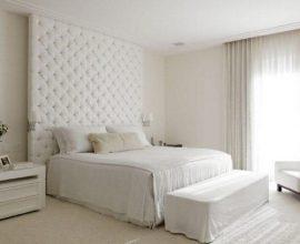 decoração neutra para quarto branco com cabeceira estofada até o teto Foto Roberto Migotto