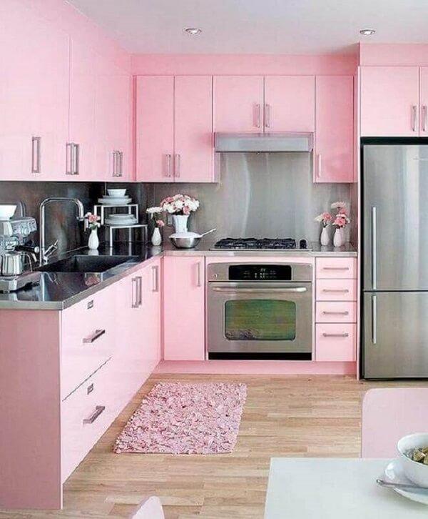Decoração romântica para cozinha planejada com tapete rosa