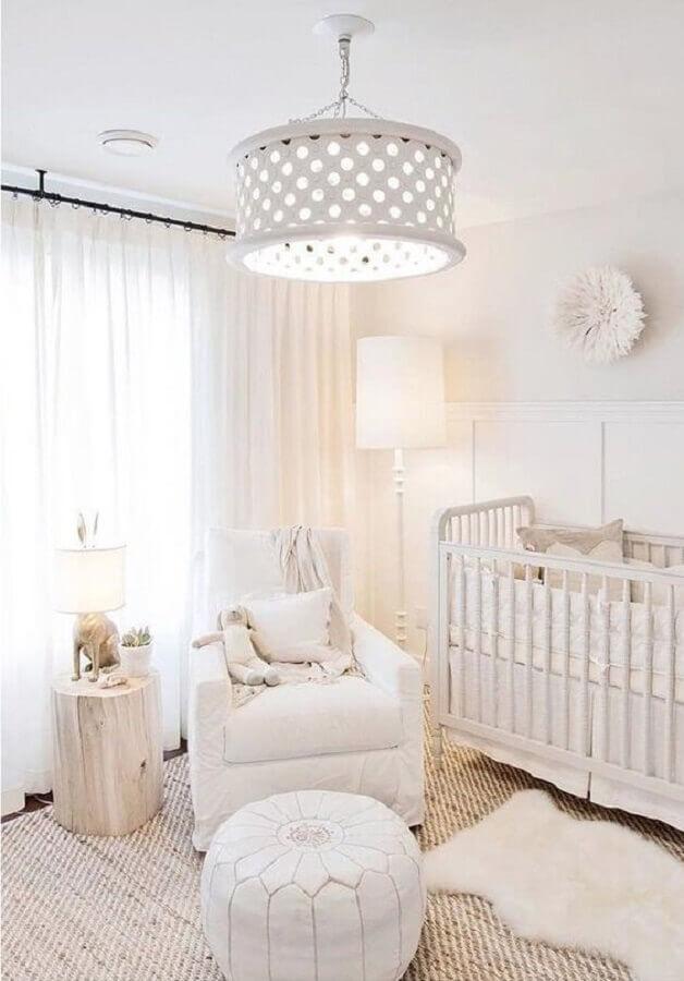 decoração para quarto de bebê branco com dois tapetes Foto DigsDigs