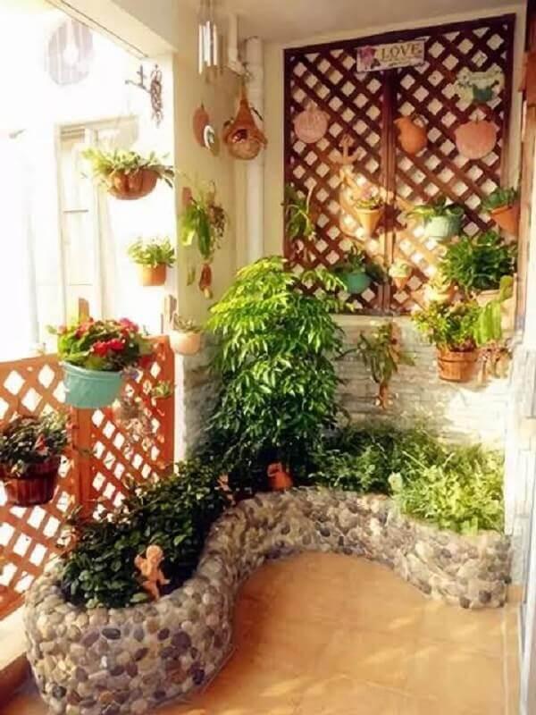 decoração rústica com treliça de madeira com vasos Foto My Desired Home