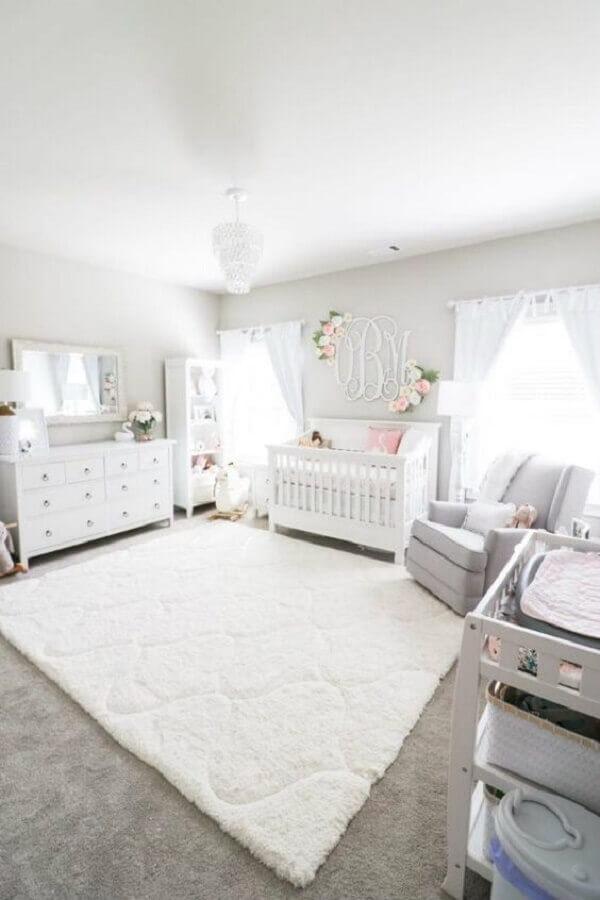 decoração romântica para quarto de bebê branco Foto Morgan Bullard