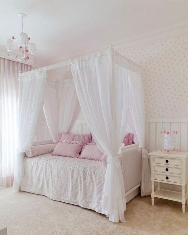 decoração romântica para quarto de moça com dossel e papel de parede floral delicado Foto Kwartet Arquitetura